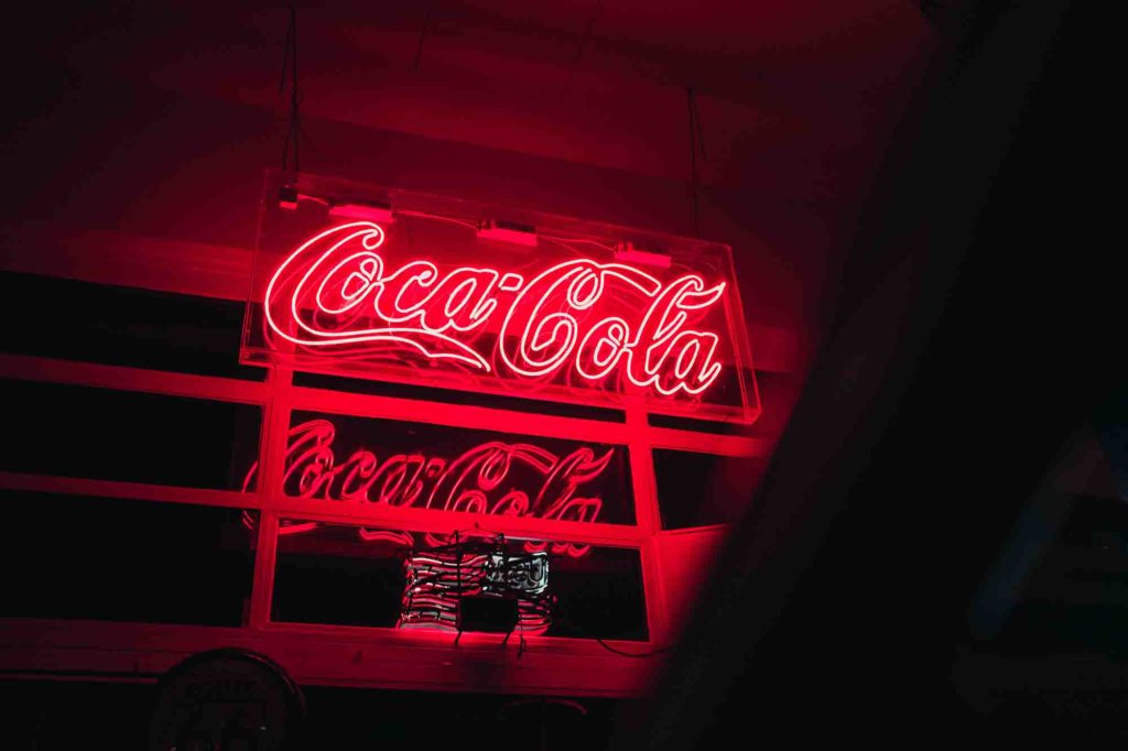 insegna luminosa della coca-cola